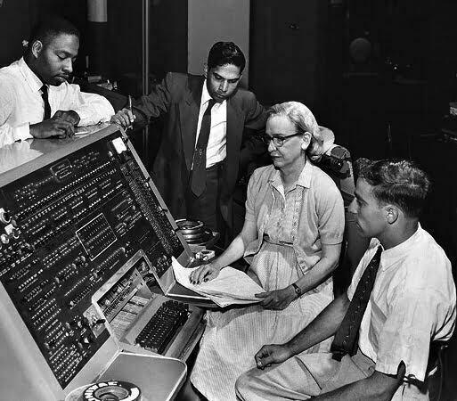 Grace Murray Hopper (nữ tác giả của COBOL) bên UNIVAC keyboard, năm 1960.